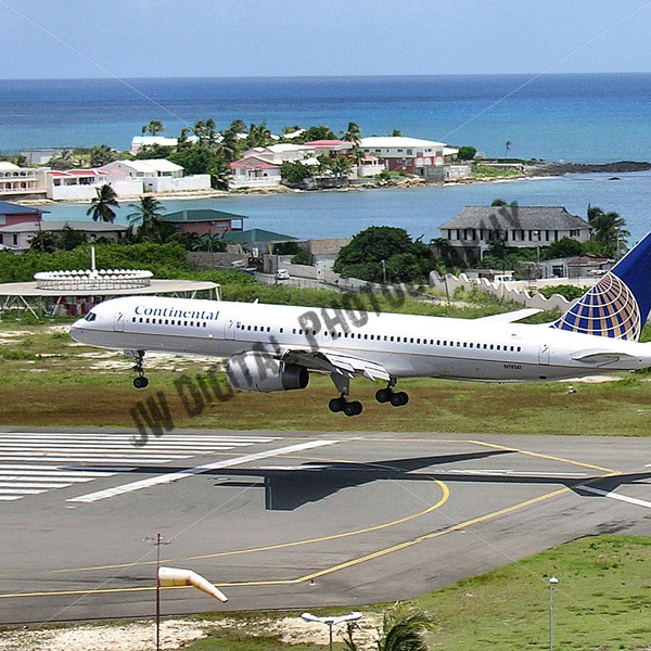 Continental Airlines about to touch down - JW Digital Photography